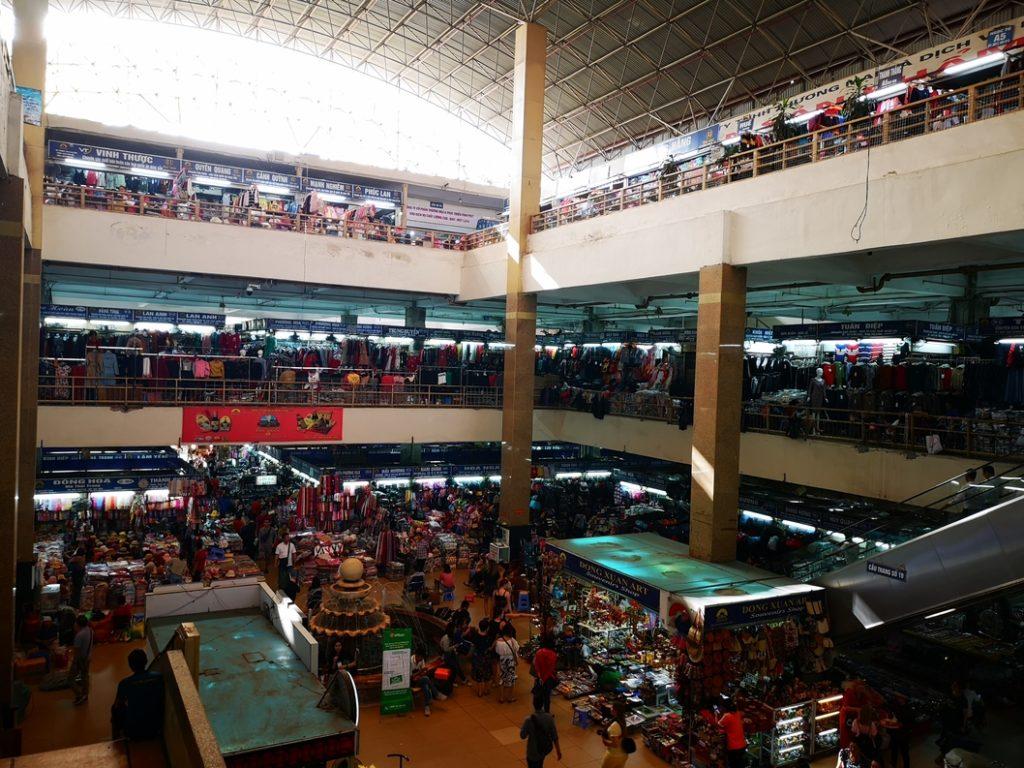 Vue sur la pièce centrale du marché couvert d'Hanoï