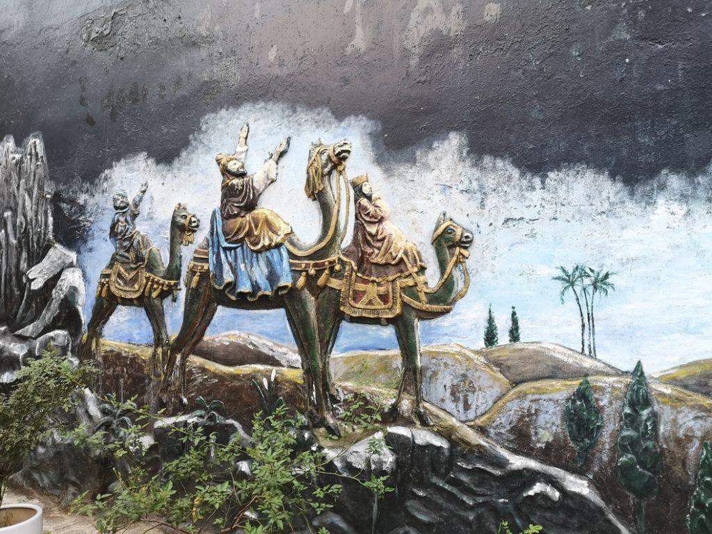 Fresque représentant les rois mages sur la cathédrale d'Hanoï