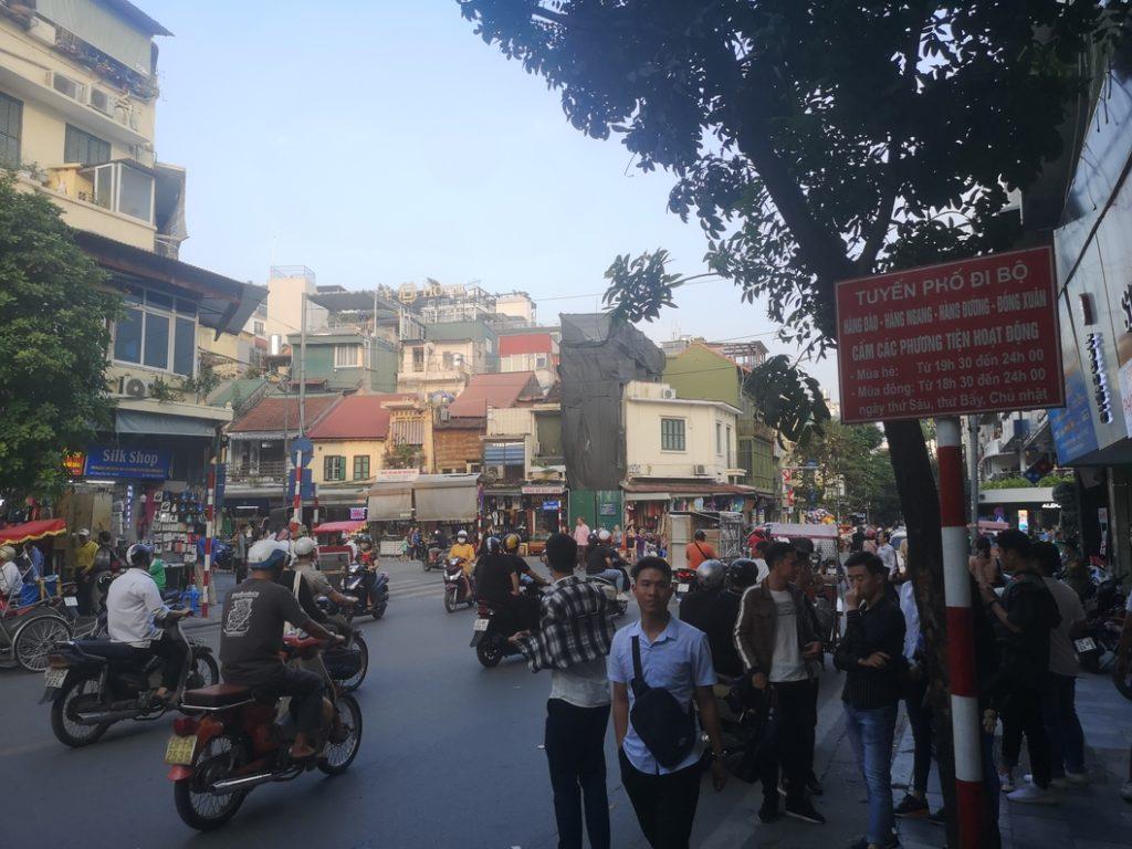Une rue bien occupée à Hanoï