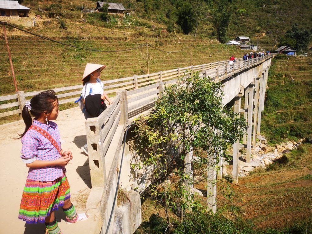 Notre guide en fond et la petite fille Hmong