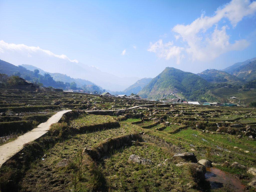 Des terrasses de culture à la sortie du village