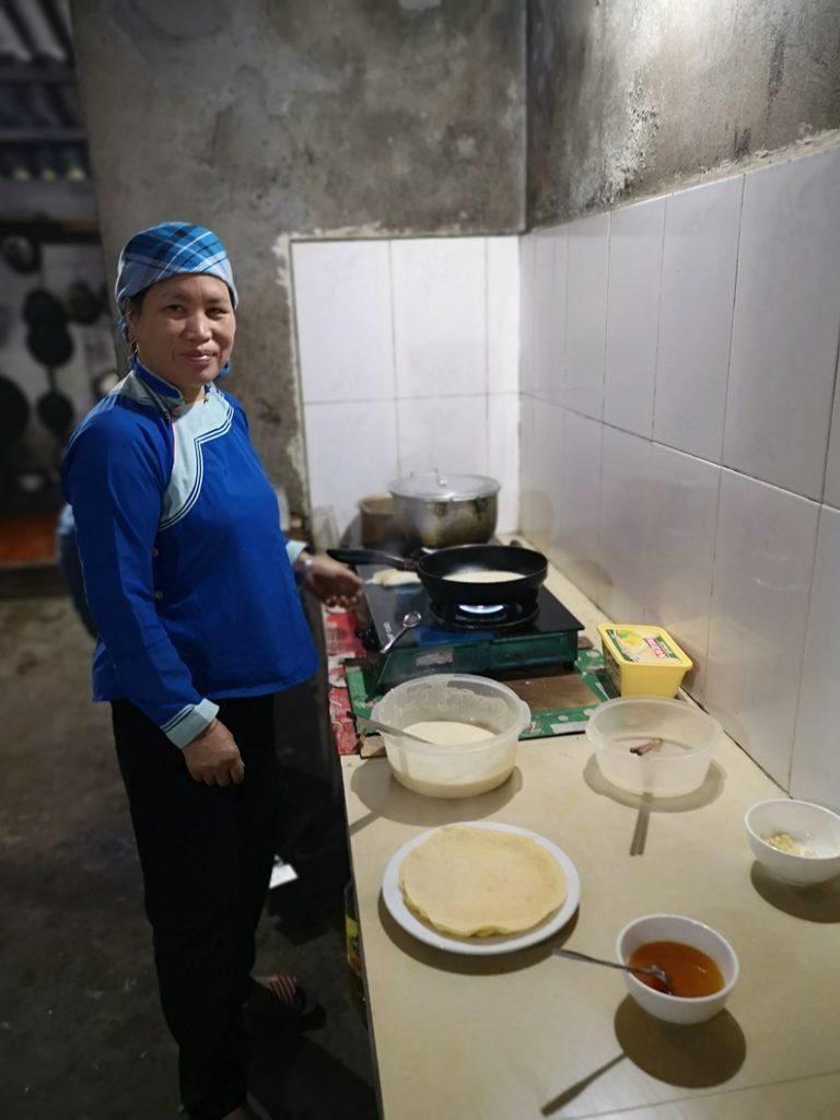 Préparation des pancakes qui ressemblent bien à des crêpes