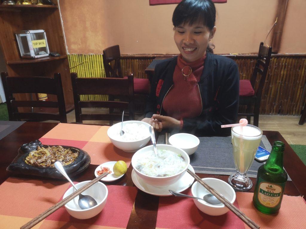 Nous partageons un bon repas avec notre guide