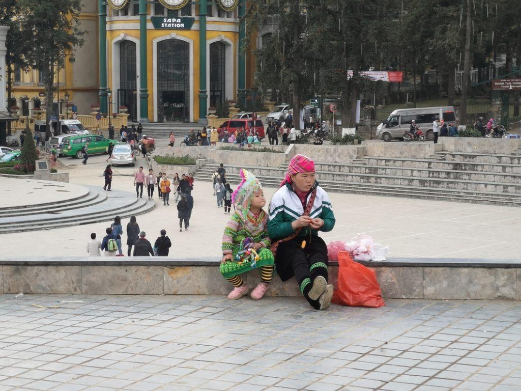 Une mère et son enfant dans la rue