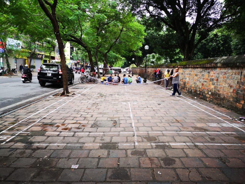 Terrain de sport matinal sur les trottoirs à côté du temple de la Littérature