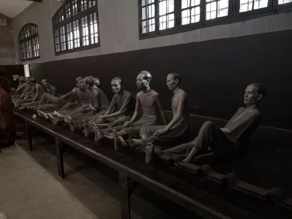 Les prisonniers étaient attachés par les chevilles en position assise sur ces tables en bois