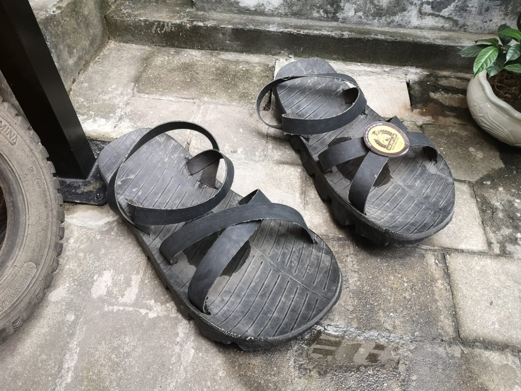 Création de sandales à partir de pneus, par des prisonniers