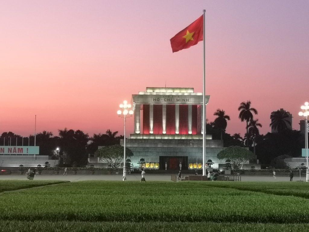 Mausolée d'Ho Chih Minh à la nuit tombante