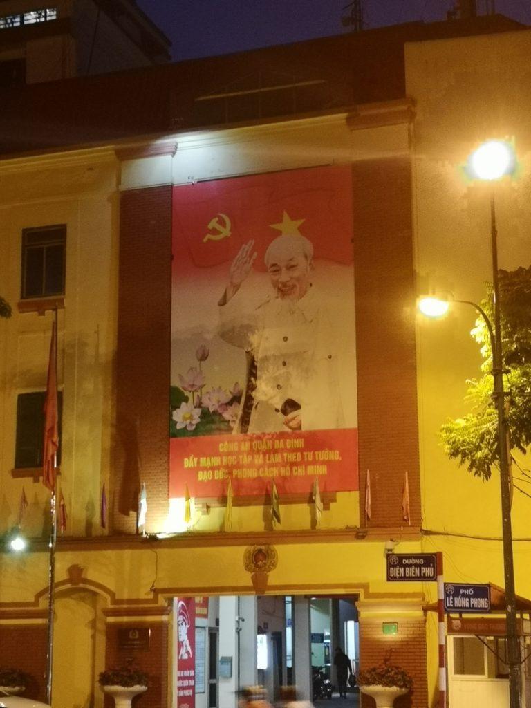 Un bâtiment aux couleurs du parti avec la photo d'Ho Chih Minh