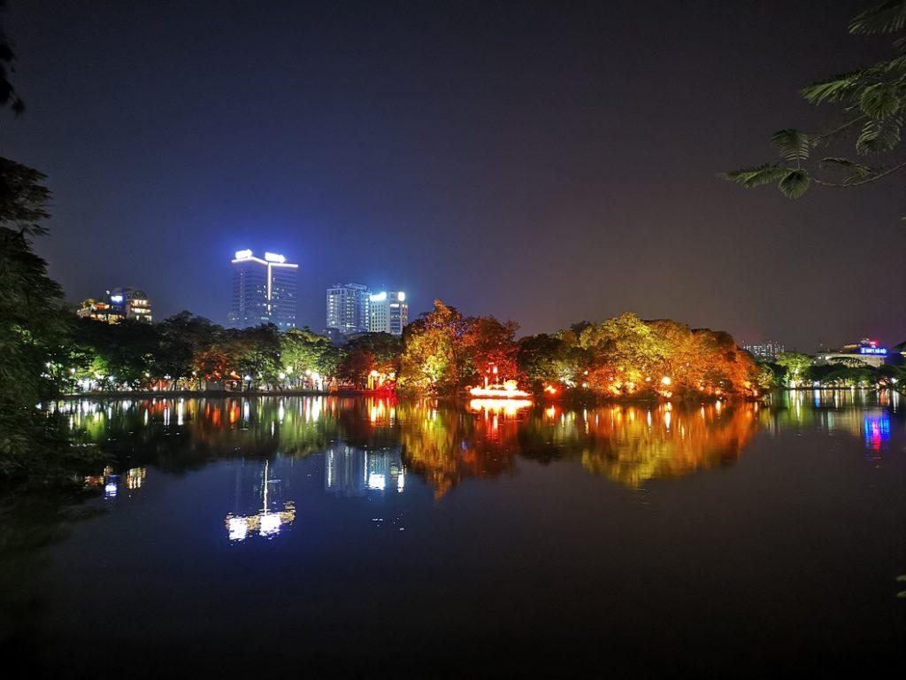 Vue sur le lac Hoan Kiem de nuit