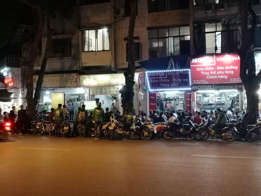 Le restaurant Bia Hoi Ha Noi où nous avions mangé avec Sarah et Sam - Mais ambiance Foot, même les chauffeurs Grab s'arrêtent pour regarder