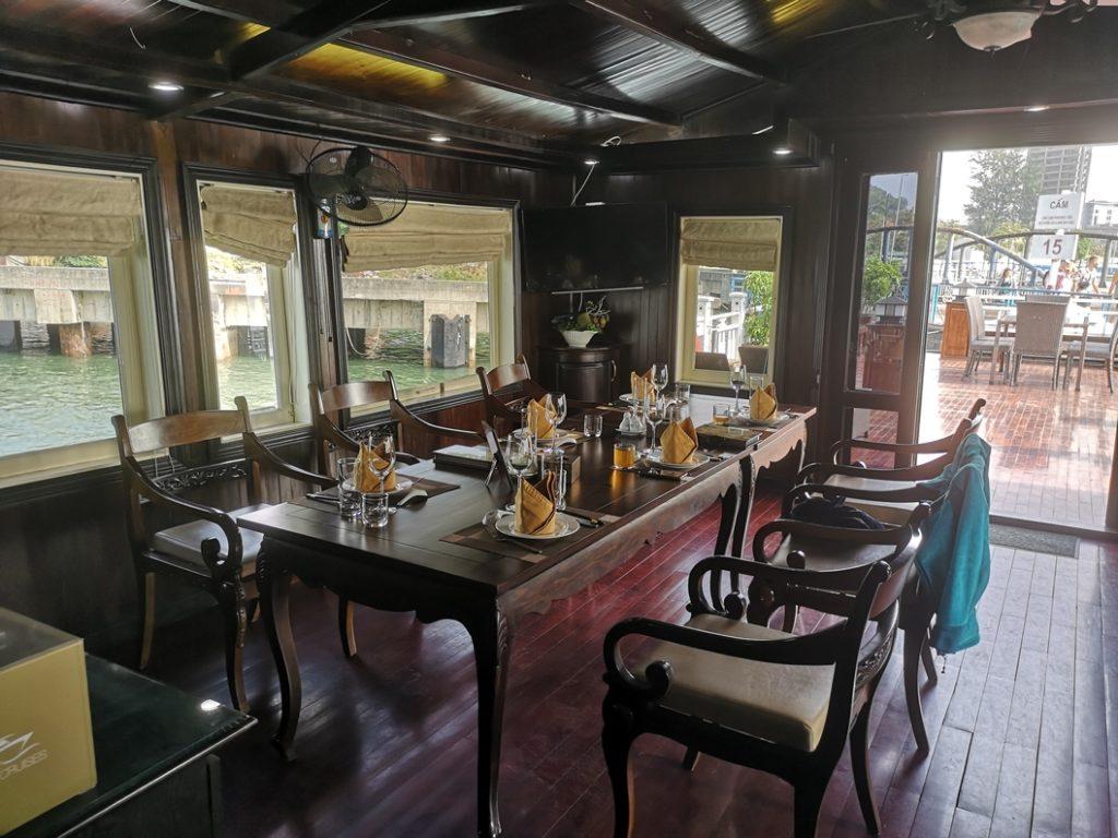 Salle principale où les repas sont servis