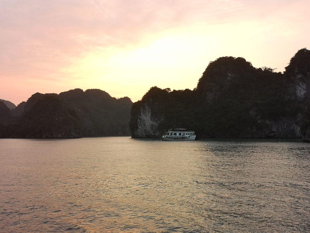 Lever de soleil sur la Baie Tu Long