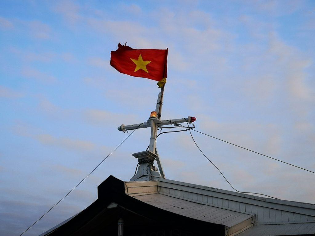 Le drapeau du Vietnam flottant fièrement au vent sur notre jonque