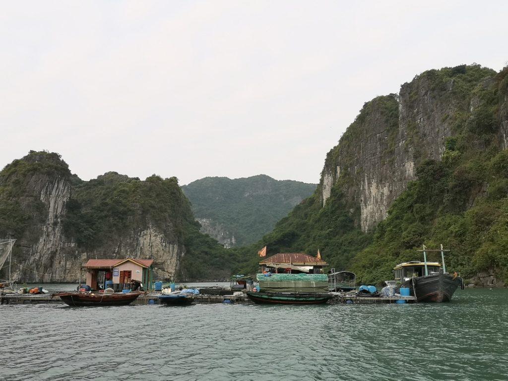 Tour en barque au milieu du village flottant
