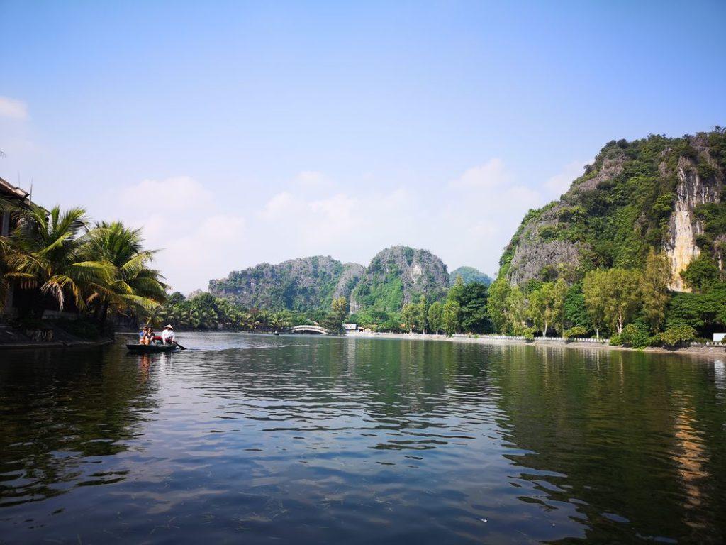 La rivière Ngo Dong forme un lac dans le centre de Tam Coc