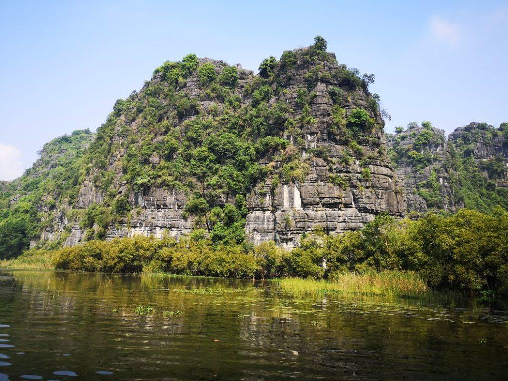 L'un des nombreux pics de calcaire qui entourent la rivière