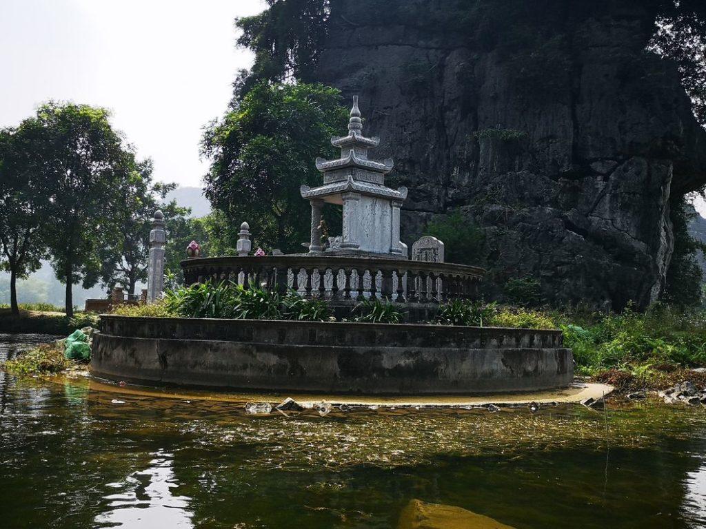Une sorte d'autel au bord de l'eau