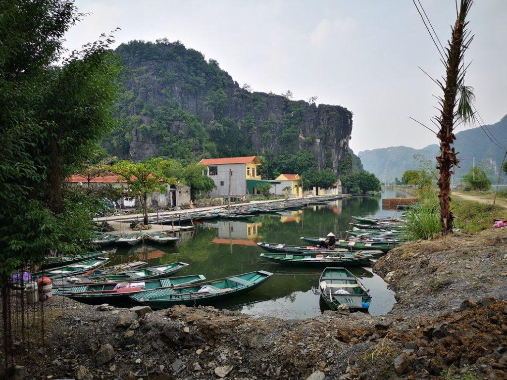 D'autres barques vers la pagode. Il semblerait qu'il soit possible de démarrer une promenade ici aussi