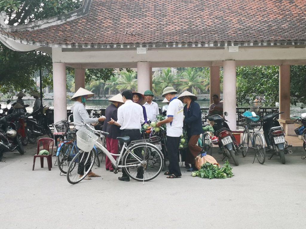 Commerce sur la place du village à Tam Coc