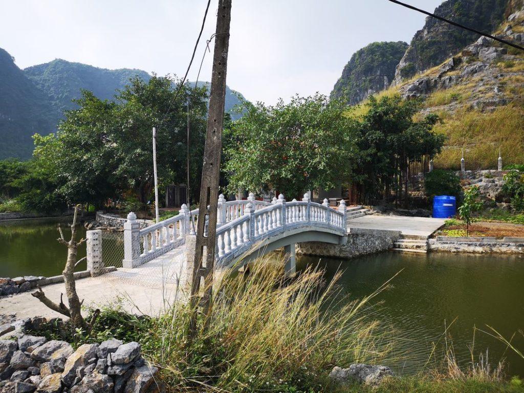 Un pont au milieu des rizières qui mène certainement vers une propriété privée