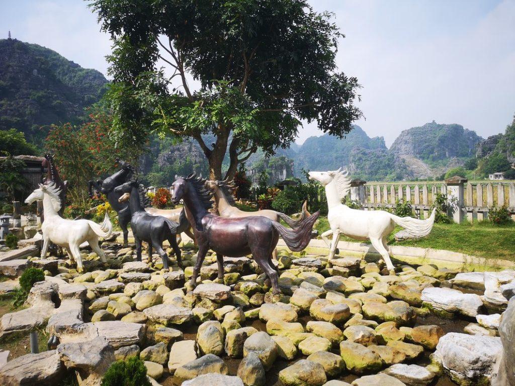 Statues de chevaux dans le parc Hang Mua