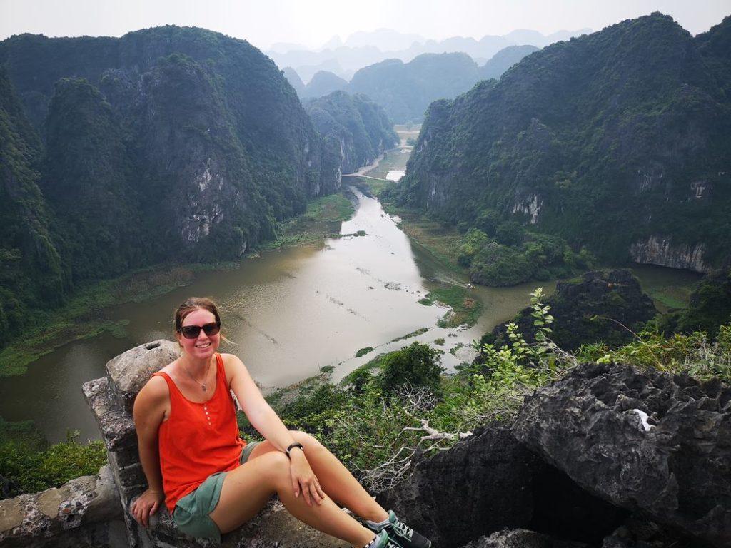 Vue sur la rivière Ngo Dong depuis le sommet. Laura prend la pose