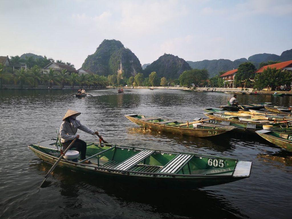 Rameuse sur le lac de Tam Coc