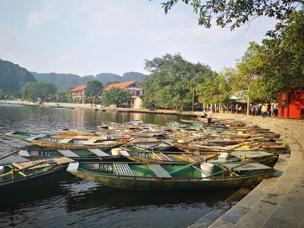 Les barques sur le lac de Tam Coc au coucher du soleil