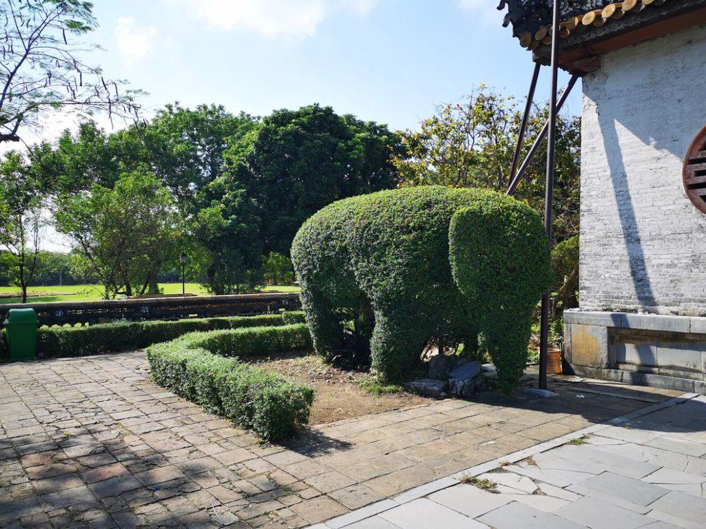 Sculpture éléphant sur buisson