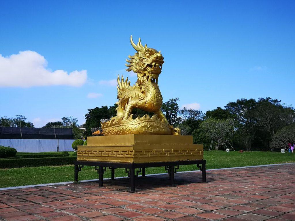 Statue de dragon dorée