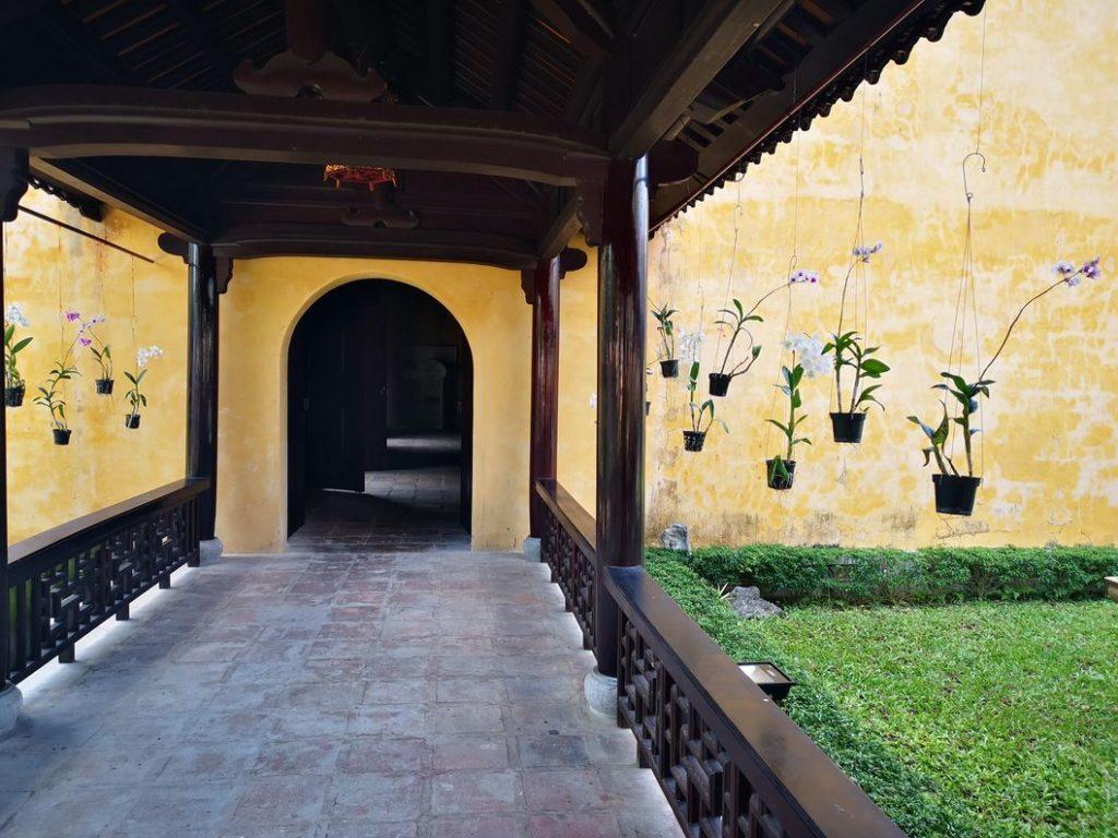 Petit passage couvert décoré de plusieurs orchidées