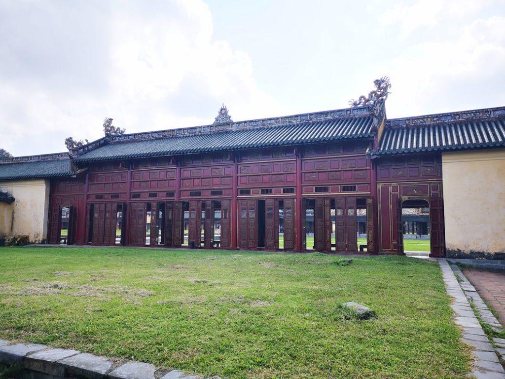Le couloir menant au Palais vu de l'extérieur