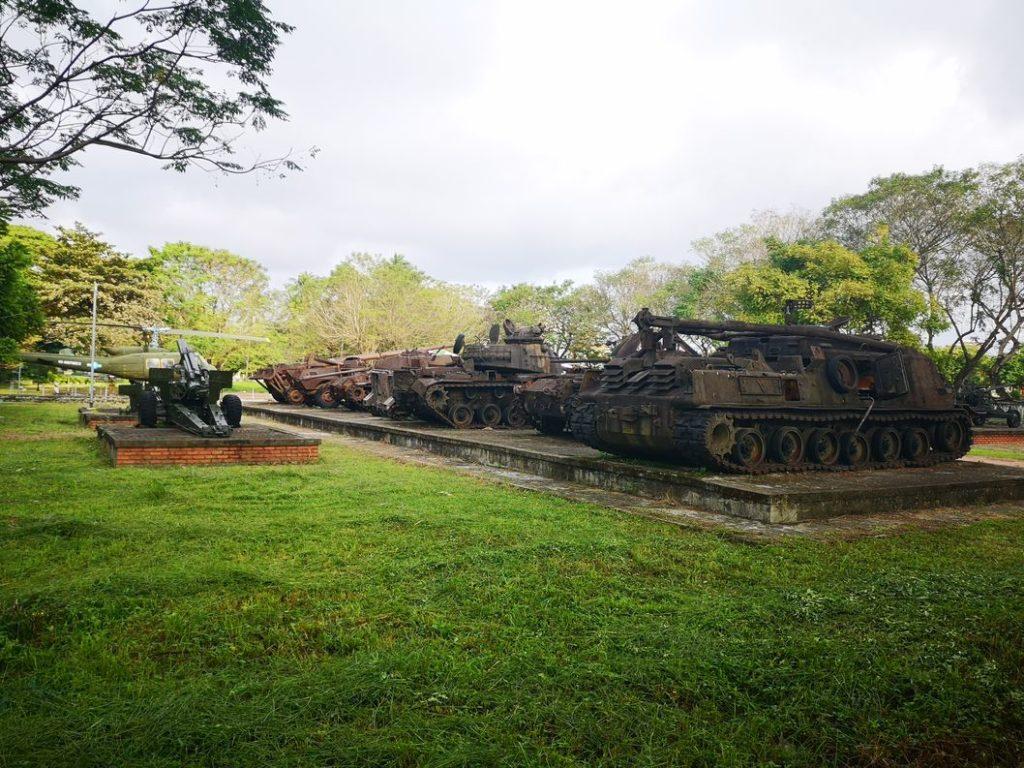 Exposition de chars et autres engins de guerre datant de la guerre du Vietnam à la sortie de la cité impériale