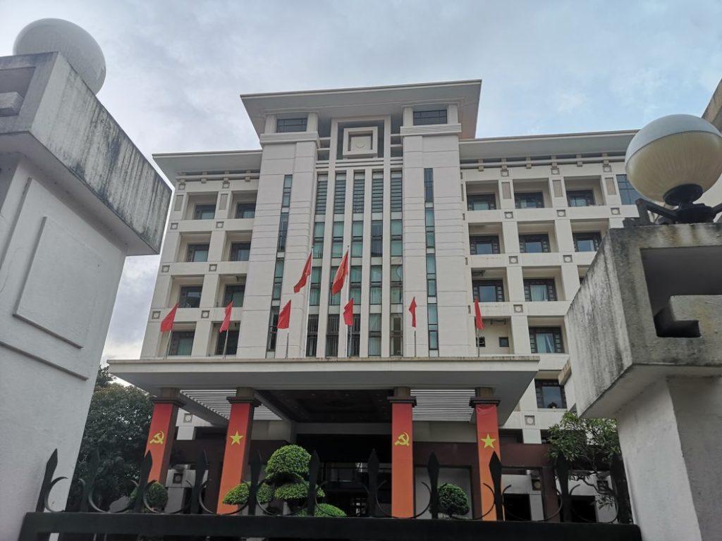 Un bâtiment public à Hué aux couleurs du parti