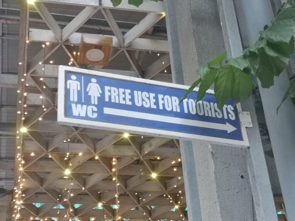 Le panneau nous indiquant les toilettes publiques