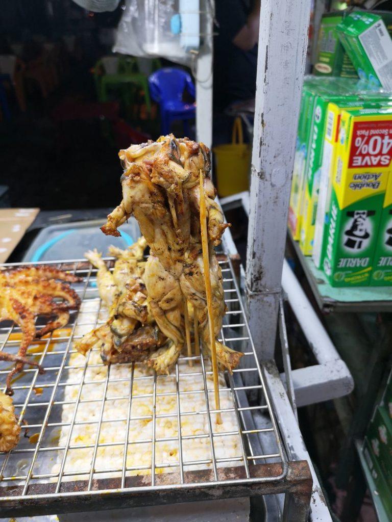 Curiosité sur le marché nocturne - Une grenouille ?