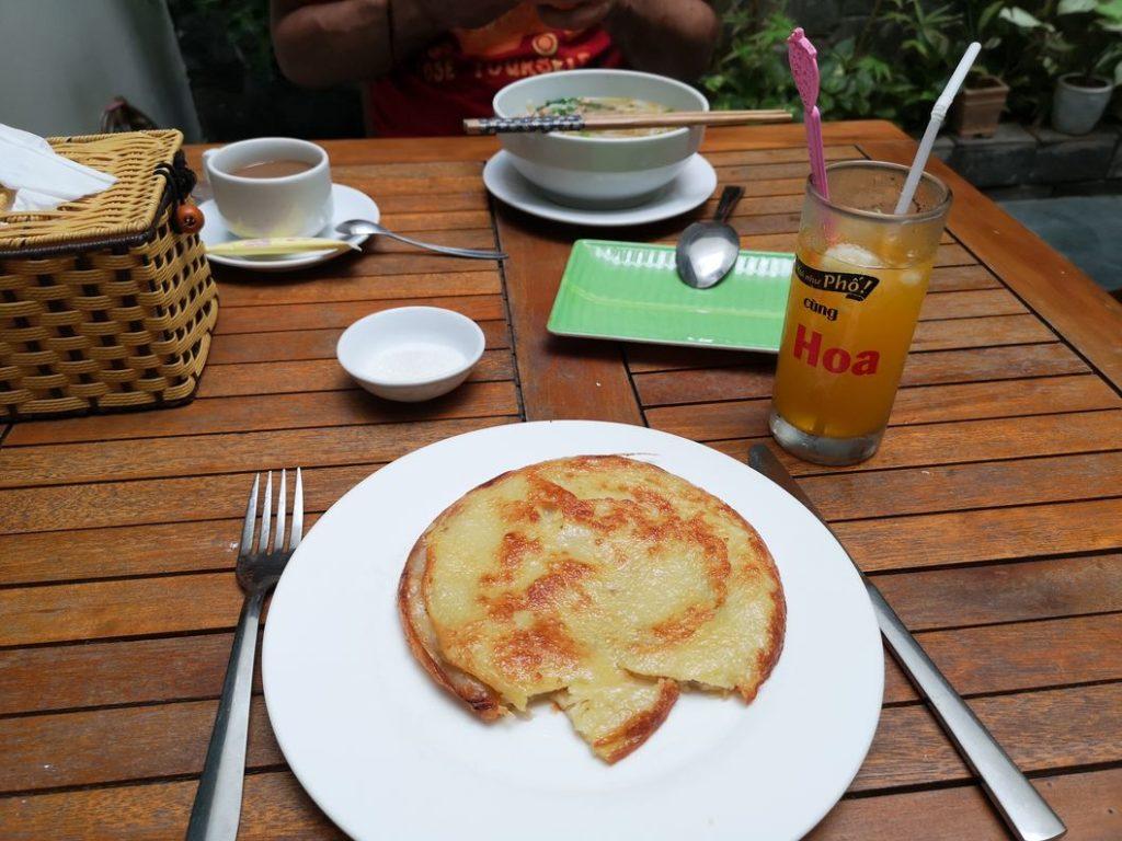 Petit déjeuner, toujours à base de pancakes pour Laura, moi je reste sur le Pho Bo