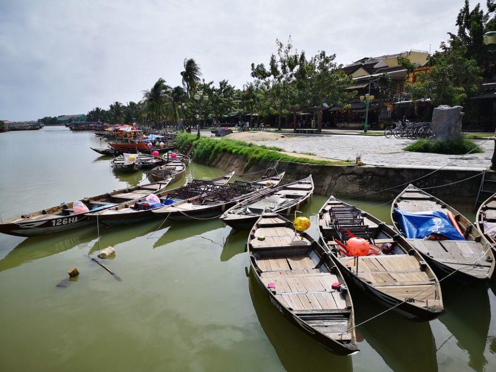 Barques touristiques sur le fleuve à Hoi An