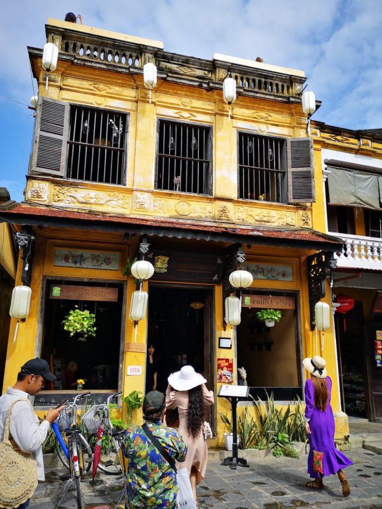 Un café à Hoi An, très bel exemple des bâtiments colorés de la ville