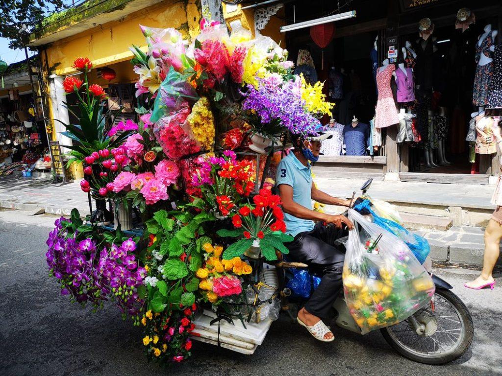Un livreur de fleurs, toujours aussi coloré