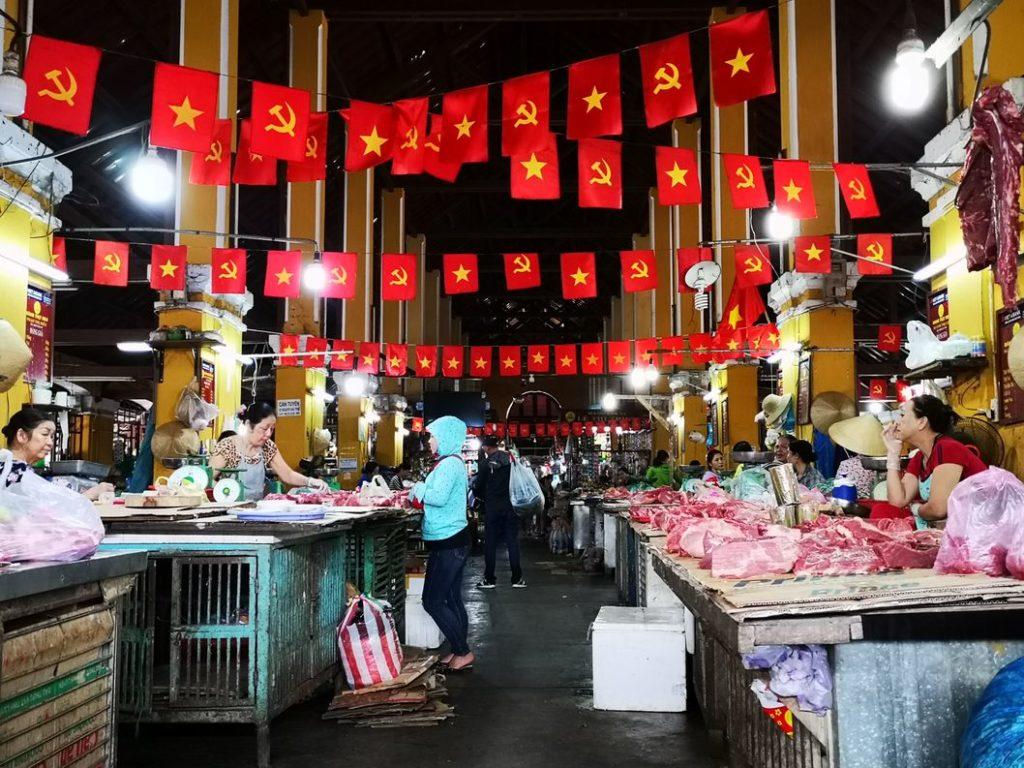 Le marché de Hoi An aux couleurs du parti