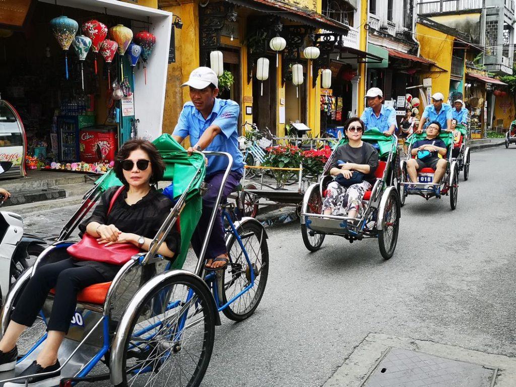Le train de tricycles des groupes de touristes chinois