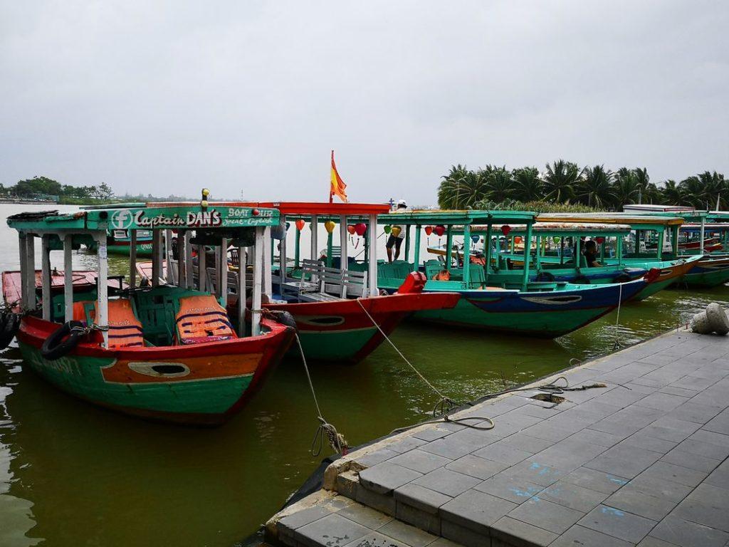 Bateaux de tourisme sur le fleuve