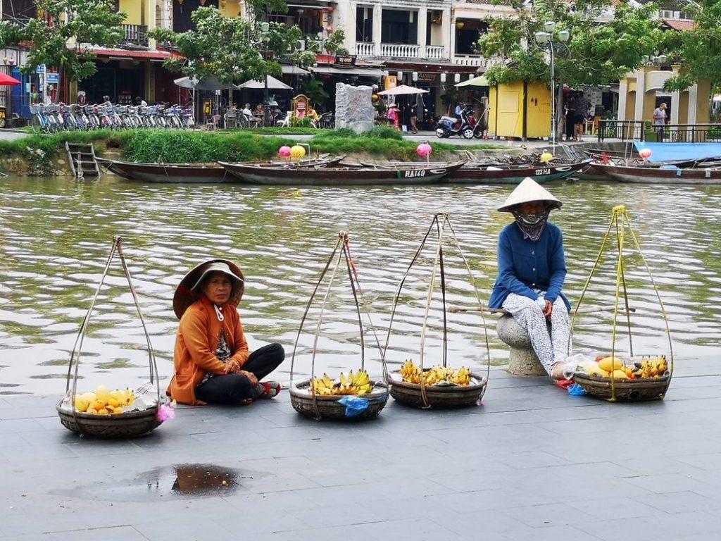 Vendeuses de fruits au bord du fleuve