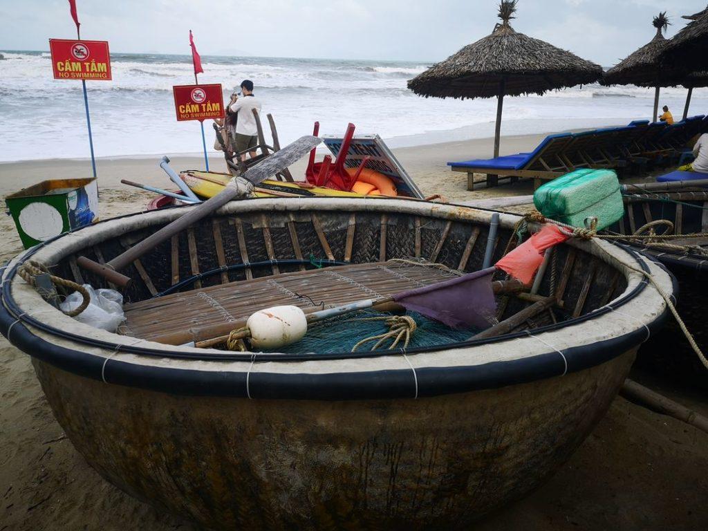 Bateau rond qui permet de réaliser des balades et pêche aux crabes au milieu des eaux de la forêt de cocotiers Cam Thanh
