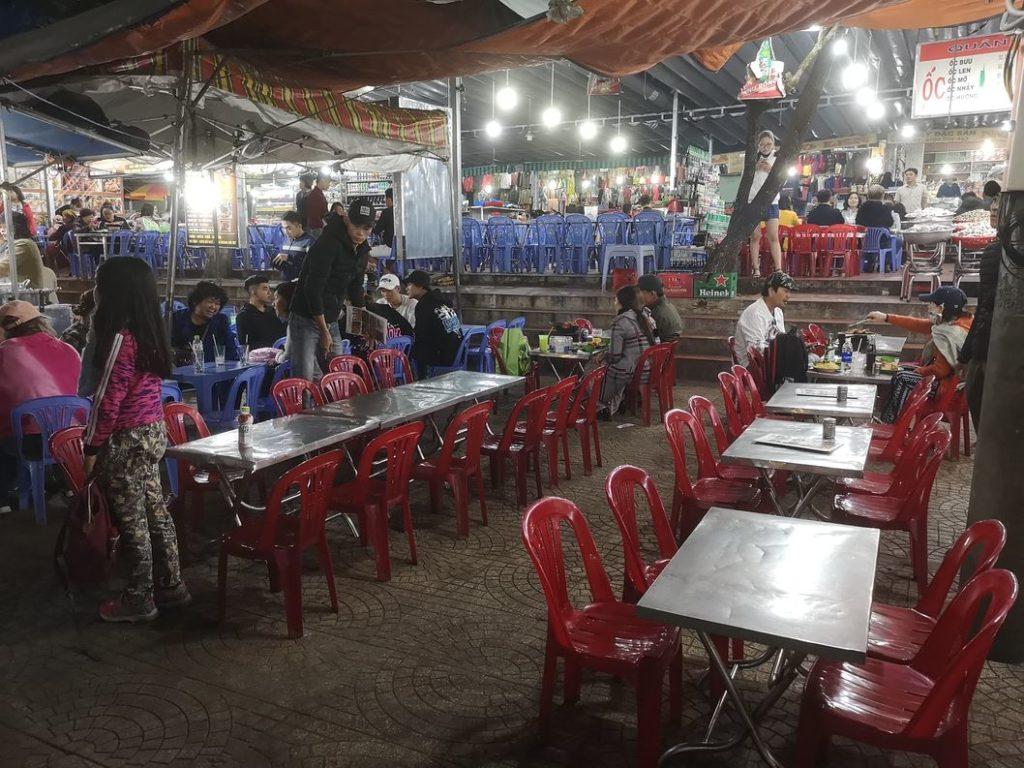 Terrasse d'un restaurant sur la marché nocturne de Da Lat