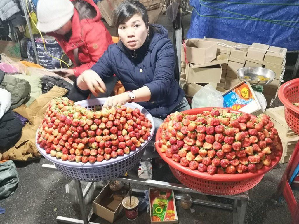 Vendeuse de fraises. On était autant impressionnés par la manière dont elles étaient disposées que par leur couleur
