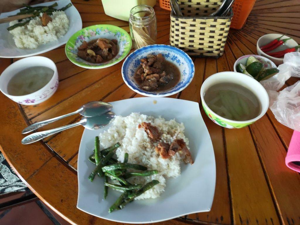 Repas local à base de porc effiloché en sauce accompagné de haricots et bien sûr de riz
