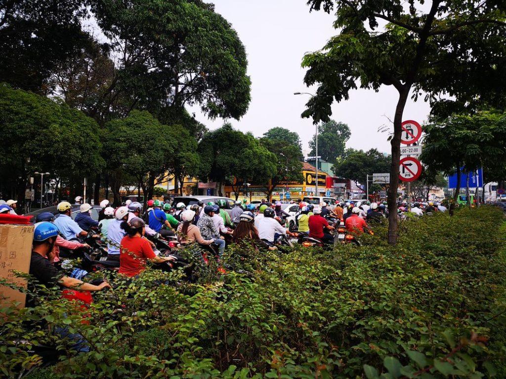Heure de pointe dans les rues de Ho Chi Minh